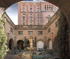 Ancien couvent des Augustins - English:  Musée des Augustins in Toulouse. The small cloister and the building Darcy.
