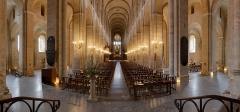 Eglise Saint-Sernin - Français:   La nef de la basilique Saint-Sernin à Toulouse.  La nef est surmontée de tribunes au premier étage. Sur la gauche, on peut apercevoir la chaire. En fond, les stalles précèdent l\'autel et le tombeau de Saint-Sernin.