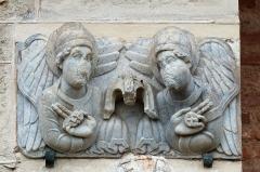 Eglise Saint-Sernin - Basilique Saint-Sernin à Toulouse, Porte de Miègeville Deux anges présentent le sceau de Dieu et apportent une couronne