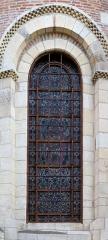 Eglise Saint-Sernin - Deutsch: Bleiglasfenster aussen mit erkennbaren Sturmstangen, Basilika Saint-Sernin.
