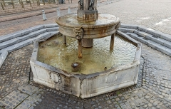 Fontaine - English:  Fountain, St Etienne's place, Toulouse (France). 16th-18th century. Detail of the tank and basin. Detail of the tank and basin. The work of 1546 consists of an octagonal tank from the outbuildings of the church of Saint-Etienne (restorations in 1649 and 1720) and a marble basin on small columns, posed by Jean Raincy in 1593.