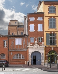Hôtel d'Arnaud de Brucelles - English:  No. 7 & 8 Parliament Square, Toulouse: the Seilhan House was home to  Saint Dominic in 1214. It was used during the Inquisition until 1589; converted into a chapel.