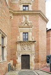 Ancien hôtel du Capitoul Pierre-Dahus, dit Hôtel Roquette ou Tour Tournoer - English:  Hôtel Dahus in Toulouse.  Gothic door of