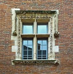 Hôtel dit de Cheverry - English:  Hôtel de Cheverry  - courtyard - mullioned window