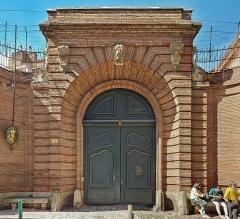 Hôtel Courtois de Viçoze dit aussi hôtel d'Espie - English:  The portal of the Hotel d'Espie, Mage Street, in Toulouse. Current consulate of Belgium.