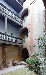 Hôtel Marvéjol - English:  Hôtel Marvéjol of Toulouse (1620) - Courtyard and well