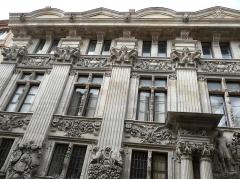 Hôtel de Pierre, dit aussi hôtel Jean de Bagis - Toulouse (Haute-Garonne, France), au 25 rue de la Dalbade, la monumentale façade de l'hôtel particulier de François de Clary qu'il racheta à Jean Bagis avant de faire reconstruire vers 1610 la façade sur rue en pierre, ce qui ,à l'époque, était une originalité dans cette ville vouée à la brique et un signe évident de richesse; dénommé également hôtel de Bagis et surnommé hôtel de pierre.
