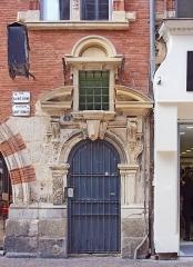 Hôtel Pierre Comère - English:  Gate of the Hotel Pierre Comère, rue Saint Rome from Toulouse.