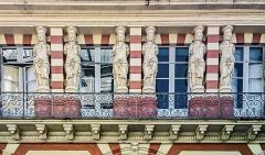Maison en terre cuite de Virebent - English:  Facade of building 28, rue des Marchands. Detail of caryatids by Auguste Virebent, in Toulouse