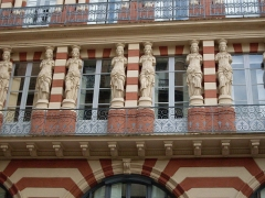 Maison en terre cuite de Virebent - Français:   Cariatides rue des Marchands à Toulouse.