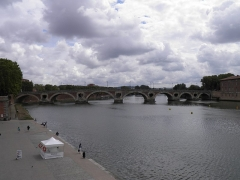 Pont-Neuf qui assure à la R.D. 124 le franchissement de la Garonne -  Pont-Neuf et la Garonne à Toulouse (Haute-Garonne, France).