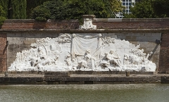 Ponts jumeaux enjambant le canal du Midi et le canal de Brienne - English:  The Bas-relief of Twin Bridges Carrara marble, is located in Twin Bridges, in Toulouse (south side). It was produced between 1773 and 17751 by sculptor François Lucas.