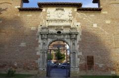 Ancienne porte du Capitole réédifiée dans le jardin des Plantes de Toulouse - Français:   Toulouse, Entrée du Jardin des Plantes, côté allées Frédéric-Mistral. Il s\'agit des anciens portes du Capitol, placé ici en 1886.