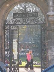 Ancienne porte du Capitole réédifiée dans le jardin des Plantes de Toulouse - Français:   porte d\'entrée Est du jardin est une reconstitution datant de 1886 d\'une des portes de l\'ancien Capitole