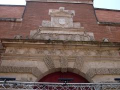 Ancien petit Séminaire de l'Esquile - Français:   Rue du Taur no. 69, Porte dite de l\'Esquile: 16e siècle, par Nicolas Bachelier. Actuellement entrée de la cinémathèque