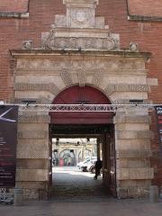 Ancien petit Séminaire de l'Esquile - Français:   Rue du Taur no. 69, Porte dite de l\'Esquile: 16e siècle, par Nicolas Bachelier. Actuellement entrée de la cinémathèque. Photo prise pendant le 6e festival Zoom Arrière