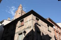 Tour de Serta - Français:   La Tour de Serta est une tour carrée, surmontée d\'une tourelle ronde.