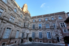 Immeuble - This building is indexed in the Base Mérimée, a database of architectural heritage maintained by the French Ministry of Culture,under the reference PA00094676 .