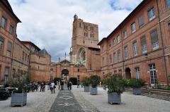 Ancien palais archiépiscopal - Français:   Cour de la Préfecture de Haute-Garonne à Toulouse lors des Journées Européennes du Patrimoine 2013, avec en fond la Cathédrale Saint-Etienne