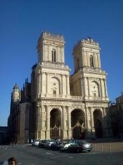 Cathédrale Sainte-Marie - La cathédrale Sainte-Marie d'Auch, un vendredi après-midi, sous le soleil, avec quelques voitures garées devant.
