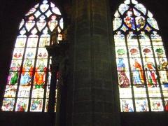 Cathédrale Sainte-Marie - Cathédrale Sainte-Marie d'Auch, Gers. Vitraux d'Arnaud de Molles. A gauche, chapelle Saint-Coeur de Marie et à droite chapelle Saint-Jacques.