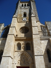 Ancienne cathédrale, actuellement église Saint-Pierre - This building is indexed in the Base Mérimée, a database of architectural heritage maintained by the French Ministry of Culture,under the reference PA00094770 .