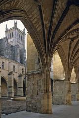 Cloître - Català: Claustre de la catedral Saint-Pierre de Condom (Gers)