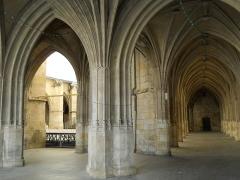 Cloître - Français:   Cloître de la Cathédrale de Condom, Gers, France