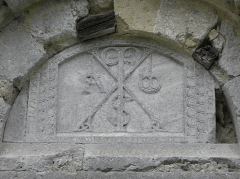 Eglise de Genens - Église Saint-Pierre de Genens, sise commune de Montréal (32). Tympan du portail méridional. Chrisme.
