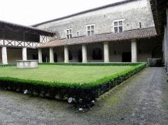Ancienne abbaye de Flaran - Cloître de l'Abbaye de Flaran, commune de Valence-sur-Baïse (32). Ailes nord et est.