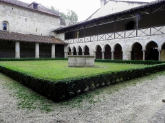 Ancienne abbaye de Flaran - Cloître de l'Abbaye de Flaran, commune de Valence-sur-Baïse (32). Ailes sud et ouest.