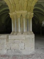 Ancienne abbaye de Flaran - Salle capitulaire de l'Abbaye de Flaran (32). Pile gauche de l'entrée.