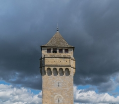 Pont Valentré - English: Central tower of the Pont Valentré in Cahors, Lot, France        This place is a UNESCO World Heritage Site, listed as Chemins de Saint-Jacques-de-Compostelle en France.  العربية | asturianu | беларуская | беларуская (тарашкевіца)‎ | বাংলা | català | čeština | dansk | Deutsch | English | español | euskara | فارسی | français | עברית | hrvatski | magyar | italiano | 日本語 | 한국어 | latviešu | македонски | മലയാളം | مازِرونی | Nederlands | polski | português | português do Brasil | română | русский | sicilianu | slovenčina | slovenščina | Türkçe | українська | Tiếng Việt | 中文 | 中文(中国大陆)‎ | 中文(简体)‎ | 中文(繁體)‎ | 中文(台灣)‎ | +/−