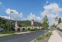 Pont Valentré - English: Pont Valentré in Cahors, Lot, France        This place is a UNESCO World Heritage Site, listed as Chemins de Saint-Jacques-de-Compostelle en France.  العربية | asturianu | беларуская | беларуская (тарашкевіца)‎ | বাংলা | català | čeština | dansk | Deutsch | English | español | euskara | فارسی | français | עברית | hrvatski | magyar | italiano | 日本語 | 한국어 | latviešu | македонски | മലയാളം | مازِرونی | Nederlands | polski | português | português do Brasil | română | русский | sicilianu | slovenčina | slovenščina | Türkçe | українська | Tiếng Việt | 中文 | 中文(中国大陆)‎ | 中文(简体)‎ | 中文(繁體)‎ | 中文(台灣)‎ | +/−
