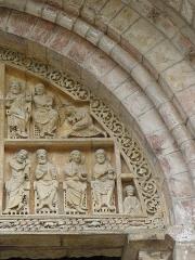 Eglise et son cloître - Deux anges et six apôtres. Partie droite du tympan du portail de l'église Saint-Pierre de Carennac (46).