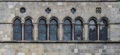 Hôtel des Monnaies - English: Windows of the Hôtel de la Monnaie in Figeac, Lot, France