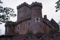 Eglise du château de Castelnau-de-Bretenoux - English:  Main tower of the Castke of Castelnau-Bretenoux, view from the access ramp.