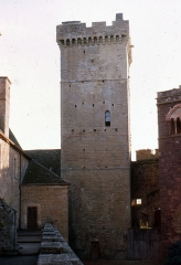 Eglise du château de Castelnau-de-Bretenoux - English:  Main tower of the Castke of Castelnau-Bretenoux, view from the wall walks.