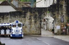 Porte dite du Figuier - Français:   Rocamadour, Lot, France - porte du Figuier et le petit train touristique.