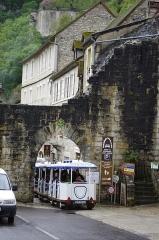 Porte dite du Figuier - Français:   Rocamadour, Lot, France - porte du Figuier et le petit train.