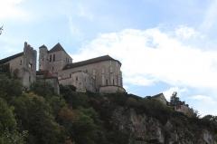 Eglise - Église Saint-Cirq-et-Sainte-Juliette de Saint-Cirq-Lapopie (département du Lot, France), des XIIe, XIIIe, XIVe et XVe siècles. Le village domine une boucle du Lot (rivière) au ras d'une falaise.