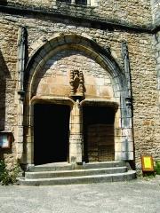 Eglise - Nederlands: Het portaal van de kerk van Saint-Cirq-Lapopie, Lot, Midi-Pyrénées. Versterkte kerk, XVe eeuw, met wortels in de drie eeuwen daarvoor. Deze parochiekerk heeft de heilige Cirq als patroon.