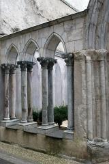 Ancienne église Saint-Jean - Français:   Église Saint-Jean de Bagnères-de-Bigorre: portail et portique