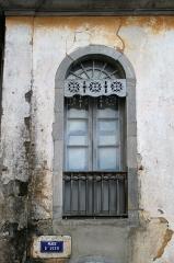 Maison d'Uzer - Français:   Maison d\'Uzer - Fenêtre et Lambrequin