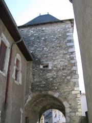 Porte de défense dite Tour de la Prison - Français:   La porte Sainte-Quitterie (ou tour de la prison) à Sarrancolin.