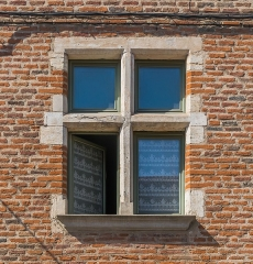 Immeuble - English: Window of the building at 69 rue Rinaldi in Albi, Tarn, France