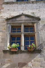 Maison datée de 1630 - English: Castelnau de Montmirail. House on Place Publique (circa 1630). Mullioned window.