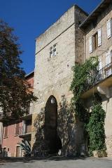 Ancienne porte de ville - English: Castelnau de Montmiral. Garrics gate, part of the former city walls, viewed from extra-muros.