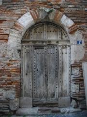 Hôtel de la famille Gaillac - Français:   Vielle porte en bois cloutée. Encadrement alternant la brique, la pierre calcaire et le grès rose sur le seuil.