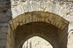 Deuxième porte de l'Irissou et ses deux tours d'enceinte - English: Puycelsi. City walls. Arch of the second Irissou gate.